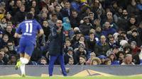 Pelatih Chelsea, Maurizio Sarri, memberikan arahan kepada anak asuhnya saat melawan PAOK Thessaloniki pada laga Liga Europa di Stadion Stamford Bridge, Kamis (29/11). Chelsea menang 4-0 atas PAOK Thessaloniki. (AP/Matt Dunham)