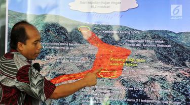 Kepala Pusat Data Informasi dan Humas BNPB Sutopo Purwo Nugroho memberikan keterangan pers di Kantor BNPB, Jakarta, Rabu (2/1). Sutopo menjelaskan penanganan darurat bencana longsor Sukabumi. (Liputan6.com/JohanTallo)