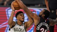 Pemain Bucks Giannis Antetokounmpo mendapat penjagaan ketat dari Heat pada lanjutan NBA (AP)
