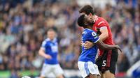 Striker Leicester City Kelechi Iheanacho bertabrakan dengan bek Manchester United (MU) Harry Maguire pada laga Liga Inggris di King Power Stadium, Sabtu (16/10/2021). (AFP/Paul Ellis)