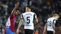 Penyerang Barcelona, Ansu Fati berselebrasi usai mencetak gol ke gawang Valencia pada pertandingan lanjutan La Liga Spanyol di stadion Camp Nou,Spanyol, Senin (18/10/2021). Kemenangan ini mengantar Barcelona berada di peringkat ketujuh klasemen dengan 15 poin. (AP Photo/Joan Monfort)