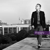 Eksklusif Ernest Prakasa. (Fotografer: Bambang E. Ros/Bintang.com Digital Imaging: Nurman Abdul Hakim/Bintang.com)