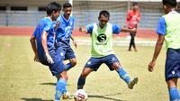 Sesi latihan Persib Bandung dalam persiapan lanjutan Shopee Liga 1 2020. (Bola.com/Erwin Snaz)