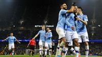 Para pemain Manchester City merayakan gol yang dicetak oleh Gabriel Jesus ke gawang Everton pada laga Premier League di Stadion Etihad, Rabu (1/1/2020). Manchester City menang 2-1 atas Everton. (AP/Rui Vieira)