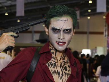 """Cosplay Joker berpose di acara  Indonesia Comic Con 2016 di Jakarta, Sabtu (1/10). Indonesia Comic Con 2016 bertema """"We Are Pop Culture"""" ini digelar di Hall A dan B, JCC Senayan. (Liputan6.com/Herman Zakharia)"""