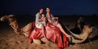Pasangan Chelsea Olivia dan Glenn Alinskie memang selalu menunjukan keharmonisannya. Terlebih setelah hadirnya malaikat kecil mereka, Natusha Olivia Alinskie. Seperti sekarang ini, mereka bertiga sedang menikmati liburannya. (Instagram/Chelseaolivia)