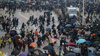 Polisi bentrok dengan demonstran di Hong Kong, Minggu (29/9/2019). Dalam bentrokan tersebut demonstran melempari batu dan bom bensin ke arah aparat. (AP Photo/Gemunu Amarasinghe)