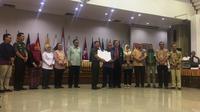KPU menerima hasil tes kesehatan bakal calon presiden dan bakal calon presiden dari PB IDI dan RSPAD Gatot Subroto. (Liputan6.com/Muhammad Radityo Priyasmoro)