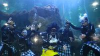 """Sambur libur Nyepi Seaworld Ancol menghadirkan hiburan menarik berupa pertunjukan edukasi bertajuk """"Angkara Laut"""" di akuarium utama. (Foto: Dok. Taman Impian Jaya Ancol)"""