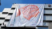 Penurunan Banner Perempuan Anti Korupsi saat peringatan Hari Kartini dan satu tahun hari jadi SPAK di gedung KPK, Jakarta, Selasa (21/4/2015). (Liputan6.com/Yoppy Renato)