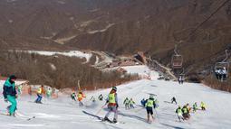 Atlet ski Korea Selatan dan Korea Utara mengikuti sesi pelatihan bersama di resor ski Masik Pass di Korea Utara, (1/2). Ketegangan antara kedua negara, tidak berpengaruh bagi para atlet untuk berlatih bersama. (Korea Pool/Yonhap via AP)
