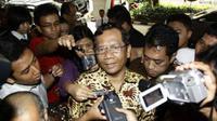 Ketua MK  Mahfud MD tiba di Bareskrim Mabes Polri, Jakarta, Kamis (29/9). Kedatangan Mahfud MD merupakan inisiatif sebagai saksi meringankan Zainal Arifin Hoesein.(Antara)