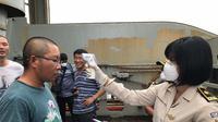 Pemeriksaan kesehatan pekerja asal China di Konawe oleh KKP Kendari, Sabtu (1/2/2020).(Liputan6.com/Ahmad Akbar Fua).