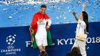 Cristiano Ronaldo berpose menunjukkan lima jarinya bersama kekasihnya Georgina Rodriguez saat merayakan kemenangannya di Liga Champions di Stadion NSK Olimpiyskiy, Ukraina (26/5). (AP/Darko Vojinovic)