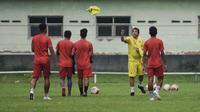 Eduardo Almeida, pelatih arema memberikan rompi kepada pemainnya saat latihan small game di lapangan ketawang, Kabupaten Malang. (Bola.com/Iwan Setiawan)