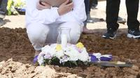 Pemakaman Ibunda Amanda Manopo di San Diego Hills, Karawang, Senin (26/7/2021) (Kapanlagi.com/Akrom Sukarya)