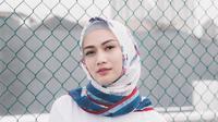 Memakai Hijab berwarna putih dengan corak biru dan merah, membuat penampilan Melody terkesan santai dan tenang. (Liputan6.com/IG/melodylaksani92)