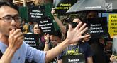 Aktivis HAM melakukan orasi saat menggelar aksi di depan kantor Komnas HAM di Jakarta, Selasa (11/12). Aktivis menuntut penyelesaian kasus pelanggaran HAM yang terjadi di Indonesia. (Liputan6.com/Angga Yuniar)