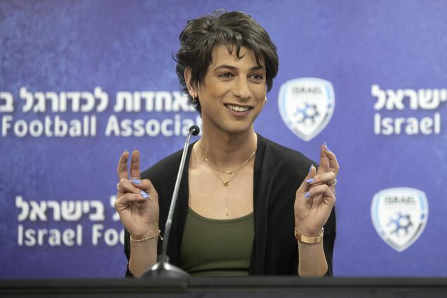 Wasit sepak bola Israel, Sapir Berman memberikan konferensi pers di Ramat Gan, Selasa (27/4/2021). Sapir Berman mengumumkan bahwa dirinya telah menerima dukungan dari keluarganya, serikat wasit setempat dan para pejabat sepak bola Israel dan internasional. (AP Photo/Sebastian Scheiner)