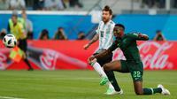 Kapten timnas Argentina, Lionel Messi mencetak gol ke gawang Nigeria pada matchday terakhir Grup D Piala Dunia 2018 di Stadion St. Petersburg, Selasa (26/6). Melalui cara dramatis, Argentina berhasil meloloskan diri ke babak 16 besar. (AP/Ricardo Mazalan)