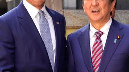 Presiden AS ke-44 Barack Obama bersalaman dengan PM Jepang, Shinzo Abe saat tiba di restoran sushi di kawasan Ginza, Tokyo, Jepang, (25/3). Ini merupakan kunjungan Obama ke Jepang setelah tidak lagi menjabat Presiden AS. (AP Photo/Shizuo Kambayashi, Pool)