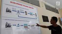 Warga melihat informasi alur proses tilang online di kantor Kejari Jakarta Pusat, Jakarta (3/1). Pembayaran tilang online ini agar memudahkan masyarakat melakukan pembayaran tilang sesuai jumlah yang diputuskan pengadilan. (Liputan6.com/Angga Yuniar)