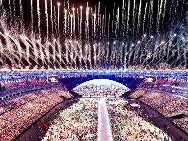 Pesta kembang api ikut memeriahkan Olimpiade 2016 di Rio de Janeiro, Brasil, (5/8). Pesta kembang api dan persembahan luar biasa dari penari dan musisi Brasil ini memberikan pesan dunia untuk melestarikan lingkungan.(REUTERS/Pawel Kopczynski)