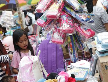 Jelang Tahun Ajaran Baru, Pasar Asemka Diserbu Warga