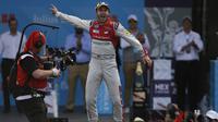 Pembalap Audi Sport ABT Schaeffler, Daniel Abt, merayakan kemenangan seri Meksiko di Sirkuit Hermanos Rodriguez, Sabtu (3/3/2018). (AP Photo/Marco Ugarte)
