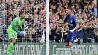 Gelandang Chelsea, Jorginho mencetak gol ke gawang Brighton. (AP Photo/Frank Augstein)