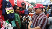 Komisioner Ombudsman Republik Indonesia (ORI), Adrianus Meliala berbincang dengan PKL saat blusukan di Tanah Abang Jakarta, Rabu (17/1). (Liputan6.com/Angga Yuniar)