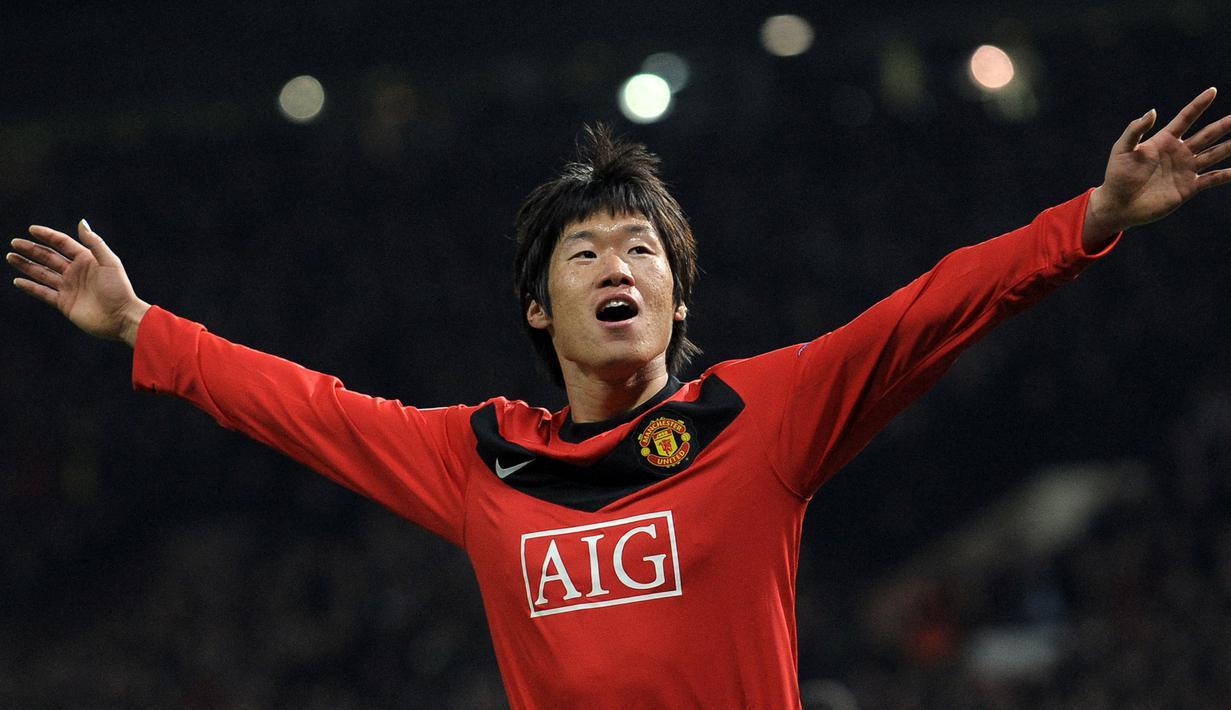 Park Ji-Sung merupakan mantan gelandang andalan Setan Merah dan menjadi salah satu pemain Asia tersukses yang pernah bermain di Eropa. Ia tercatat pernah membela PSV Eindhoven, Queens Park Rangers, dan Manchester United. Total 13 trofi ia raih bersama MU dan 4 trofi bersama PSV. (AFP/Andrew Yates)