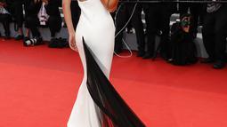 Pose supermodel Bella Hadid setibanya di pemutaran perdana film 'Annette' dan upacara pembukaan Festival Film Cannes ke-74 di Prancis selatan, Selasa (6/7/2021). Bella Hadid mengenakan gaun koleksi vintage Jean Paul Gaultier Couture dari Musim Semi 2002. (Vianney Le Caer/Invision/AP)