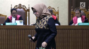 Terdakwa dugaan suap kesepakatan kontrak kerja sama pembangunan PLTU Riau-1, Eni Maulani Saragih saat sidang pembacaan tuntutan di Pengadilan Tipikor, Jakarta, Selasa (22/1). Eni Maulani Saragih dituntut 8 tahun penjara. (Liputan6.com/Helmi Fithriansyah)