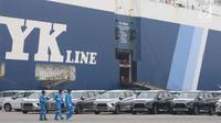 Petugas melintasi deretan mobil Mitsubishi Xpander yang siap diekspor melalui IPC Car Terminal, PT IKT, Cilincing, Jakarta, Rabu (25/4). Mitsubishi Xpander diekspor ke Filipina, Thailand, Vietnam, Sri Lanka Mesir, dan Bolivia. (Liputan6.com/Angga Yuniar)
