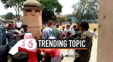 Usai penusukan Wiranto yang dilakukan dua orang tak dikenal di Pandeglang, warganet ramai membicarakan terkait penyerangan ini. Sampai-sampai tagar #Wiranto menembus trending topic dunia.