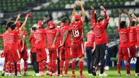 Pemain Bayern Munchen merayakan kemenangan atas Werder Bremen pada laga Bundesliga di Weserstadion, Bremen, Selasa (16/6/2020). Bayern Munchen menang dengan skor 1-0 atas Werder Bremen. (AP/Martin Meissner)