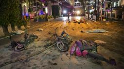Puing-puing sepeda motor berserakan di jalan usai terkena ledakan bom motor di luar Kuil Erawan di pusat kota Bangkok, Thailand, Senin (17/8/2015). Bom motor tersebut diketahui telah menewaskan sekitar 27 warga. (REUTERS/Athit Perawongmetha)