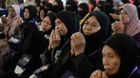 Jemaah calon haji berdoa saat akan bertolak ke Tanah Suci Mekah di Bandara Provinsi Narathiwat, Thailand, Kamis (4/7/2019). Jutaan umat muslim dari penjuru dunia akan bertolak menuju Mekah untuk melangsungkan ibadah haji. (Madaree TOHLALA/AFP)