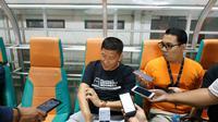 CEO Persija, Ferry Paulus menyaksikan official training Madura United di Stadion Pakansari, Kabupaten Bogor, Kamis (11/7/2019). (Bola.com/Muhammad Adiyaksa).