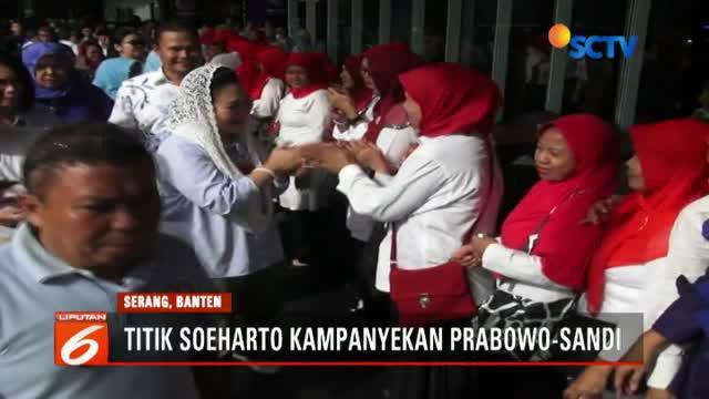 Kunjungan Titiek mendapat sambutan hangat dari para emak-emak yang tengah berkunjung ke mall.