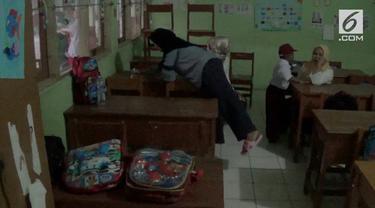 Memasuki awal tahun ajaran baru, tradisi berebut bangku masih terjadi, di Bogor, Jawa Barat. Mereka percaya rebutan kursi paling depan dipercaya akan mempengaruhi semangat belajar anak.