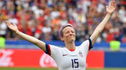 Megan Rapinoe dinobatkan oleh FIFA sebagai pesepak bola putri terbaik pada tahun 2019. Pemain Seattle Reign FC ini juga menyabet penghargaan Ballon d'Or Feminin di tahun yang sama. Saat ini ia tercatat mendapatkan gaji sebanyak  447 ribu dolar (Rp6,4 miliar) per tahun. (Foto: AFP/Philippe Desmazes)