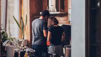 Ilustrasi suami istri memasak bersama | unsplash.com