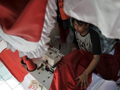 Pekerja menyelesaikan pembuatan bendera Merah Putih di Pasar Senen, Jakarta, Selasa (6/8/2019). Jelang perayaan Hari Kemerdekaan ke-74 RI, permintaan bendera Merah Putih di Pasar Senen meningkat dua kali lipat dari bulan biasa. (merdeka.com/Iqbal S. Nugroho)