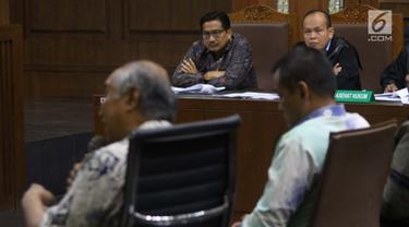 Terdakwa dugaan suap/gratifikasi terkait kerjasama jasa pelayaran yang juga anggota komisi VI DPR RI, Bowo Sidik Pangarso (kedua kiri) menyimak keterangan saksi saat sidang lanjutan di Pengadilan Tipikor, Jakarta, Rabu (4/9/2019). Sidang mendengar keterangan saksi. (Liputan6.com/Helmi Fithriansyah)