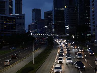 Sejumlah kendaraan terjebak kepadatan arus lalu lintas di Jalan Jenderal Sudirman, Jakarta, Rabu (27/5/2020). Empat provinsi di Indonesia termasuk DKI Jakarta akan mulai melakukan persiapan menuju new normal atau tatanan kehidupan baru menghadapi COVID-19. (Liputan6.com/Helmi Fithriansyah)