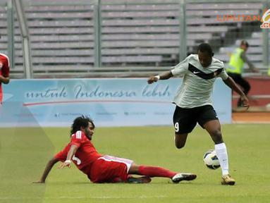 Sesekali pemain tengah Papua Nugini Dabinyaba Nigel (9) mencoba menembus sisi kanan pertahana Maladewa (Liputan6.com/Helmi Fithriansyah)