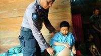 Kondisi Adi Ardiansyah (16) remaja asal Kabupaten Konawe yang wajahnya masih seperti bocah berusia 8 tahun setelah terjatuh dari pohon, delapan tahun silam. (Liputan6.com/Ahmad Akbar Fua)