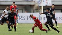 Gelandang Persija Jakarta, Riko Simanjuntak, berusaha melewati pemain PSIS Semarang pada laga Liga 1 di Stadion Patriot, Bekasi, Minggu (15/9). Persija menang 2-1 atas PSIS. (Bola.com/M Iqbal Ichsan)